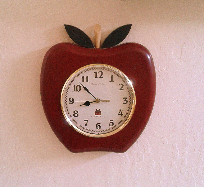 Retro Kitchen Apple Clock Sterling & Noble by izzysvintagegarden