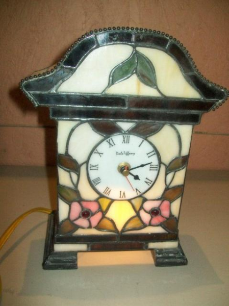 Lot # : 40 - Dale Tiffany Lighted Stained Glass Shelf Clock