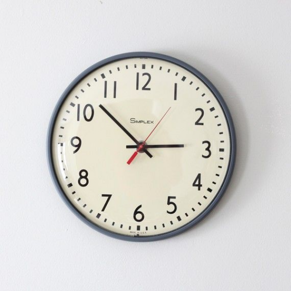 So want one of the old school (literally) clocks in my home!